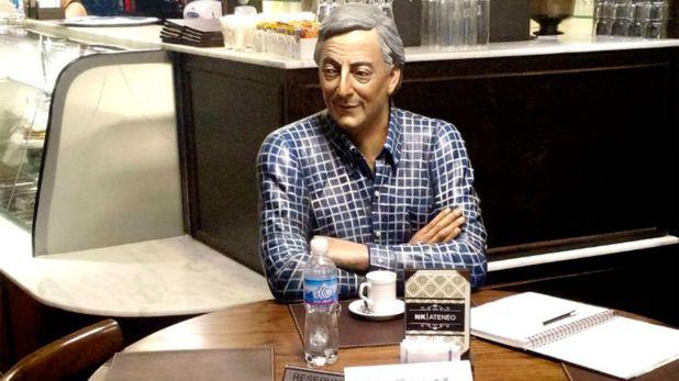 Una estatua de Néstor Kirchner en la mesa