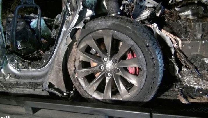 Los restos de un vehículo Tesla después de que se estrellara en The Woodlands, Texas, 17 de abril de 2021. REUTERS/SCOTT J. ENGLE