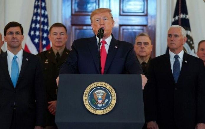 Donald Trump, dando un discurso en la Casa Blanca junto al Secretario de Defensa Mark Esper, el vicepresidente Mike Pence y líderes militares. (Reuters)
