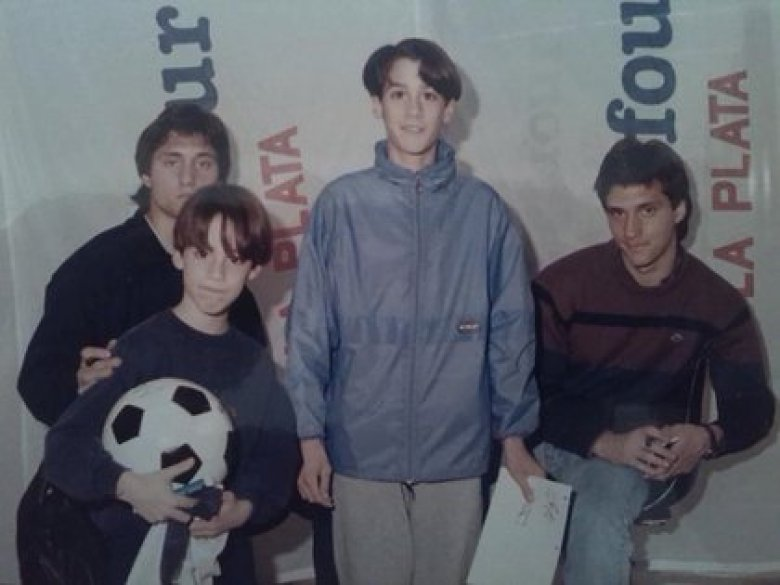 Martín Felipe Castagnet (el niño con la pelota) junto a los mellizos Gustavo y Guillermo Barros Schelotto