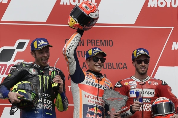 Winner Honda's Spanish biker Marc Marquez (C), runner-up Yamaha's Italian Valentino Rossi (L) and third-place Ducati's Italian Andrea Dovizioso pose on the podium of the MotoGP Argentina Grand Prix at the Termas de Rio Hondo circuit in Santiago del Estero, Argentina, on March 31, 2019. (Juan MABROMATA / AFP)