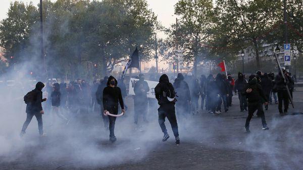 """Militantes """"antifacistas"""" chocan con la policía en París tras el anuncio de los resultados de la primera vuelta electoral (AFP)"""