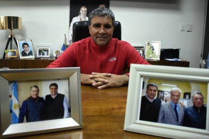 Vila, en su oficina, entre fotos con Barrionuevo y José Manuel de la Sota (Foto: Nicolas Stulberg)