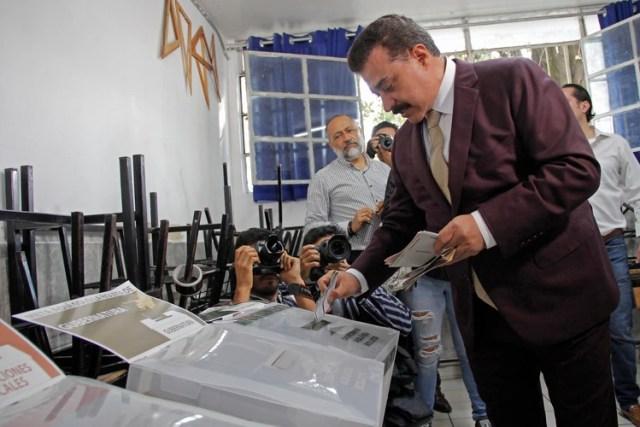 En julio de 2018, Carlos Lomelí emitió su voto en Zapopan, cuando fue candidato a la gubernatura del estado por el Partido Morena, acudió esta mañana a emitir su voto a la casilla ubicada en la escuela primaria Calmecac FOTO: FERNANDO CARRANZA GARCIA / CUARTOSCURO