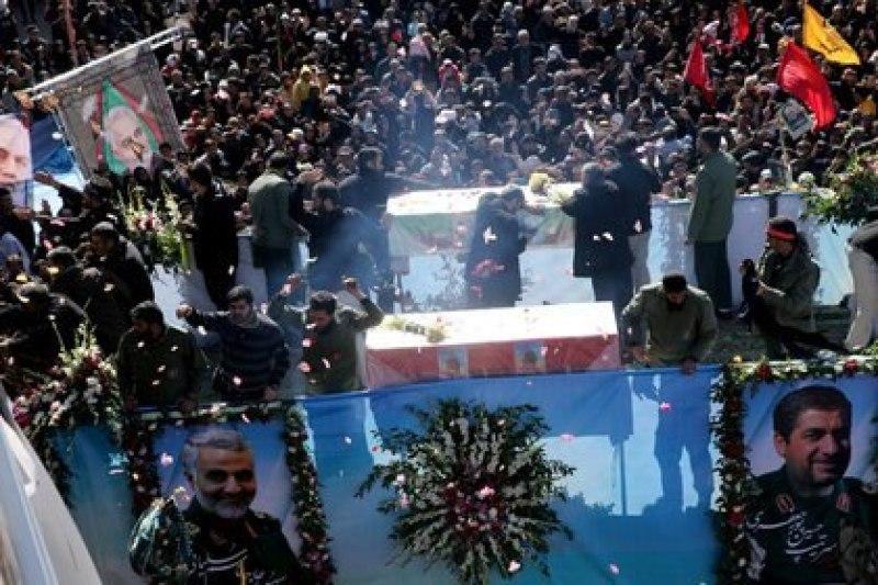 El entierro de Qassem Soleimani, en su ciudad natal de Kerman, Irán, el 7 de enero de 2020. (REUTERS)