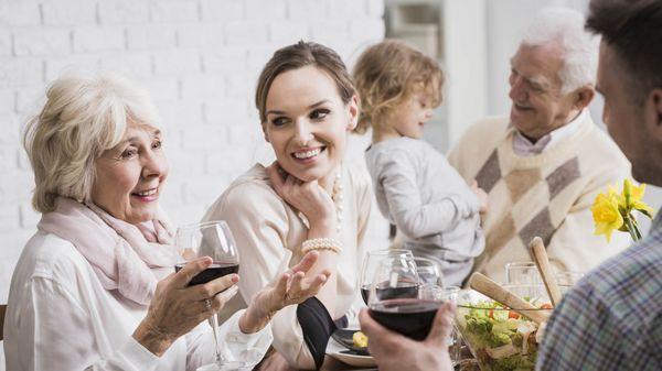 Para muchas madres es dificil desprenderse de sus hijos y aceptar que son adultos (iStock)
