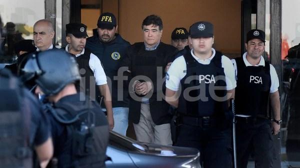 Zannini camina esposado y escoltado por efectivos de la Policía Federal y de la PSA