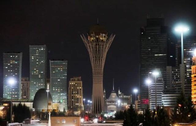 El monumento Baiterek después de que se apaguen las luces en Nur-Sultan, Kazajistán