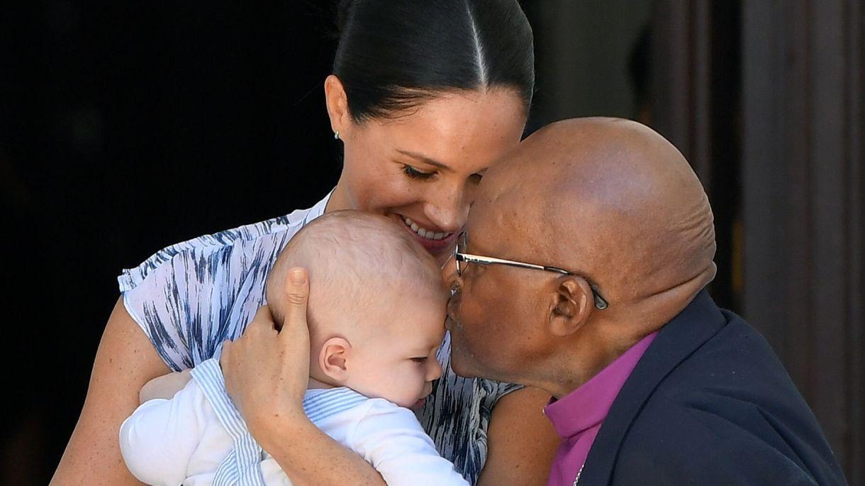 Meghan Markle sostiene en sus brazos a Archie en su encuentro con  Desmond Tutu