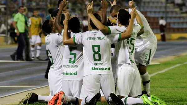 Jugadores celebran unos de los goles ante el Zulia. (Reuters)