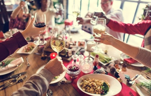 Disminuir el alcohol, buscar alternativas. No hace falta llegar al extremo de ser abstemio en las Fiestas, una copa de vino puede resultar digestiva (Shutterstock)