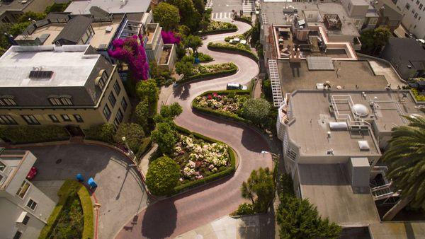 La Lombard Street es una de las calles más retorcidas de todo el mapa