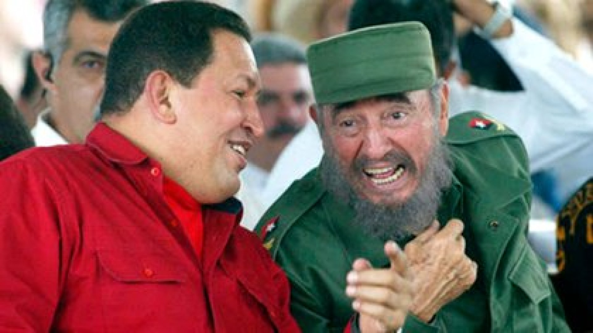 """El libro deja la impresión de que la seducción de Hugo Chávez por Fidel Castro está en el origen de lo que presentó como una """"invasión consentida""""."""