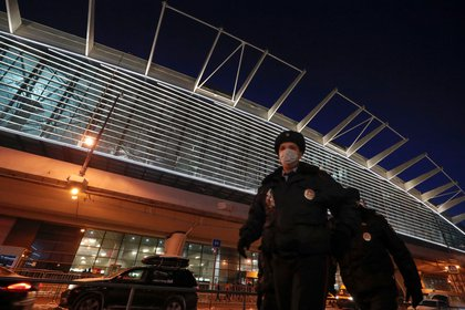 Policías en la terminal aérea (Reuters)