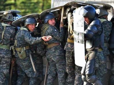 Antes de que los policías militares ingresaran a la Unah, se produjo una larga batalla campal en un bulevar que cruza frente a la Universidad cuando presuntos estudiantes querían impedir el paso quemando neumáticos en la vía