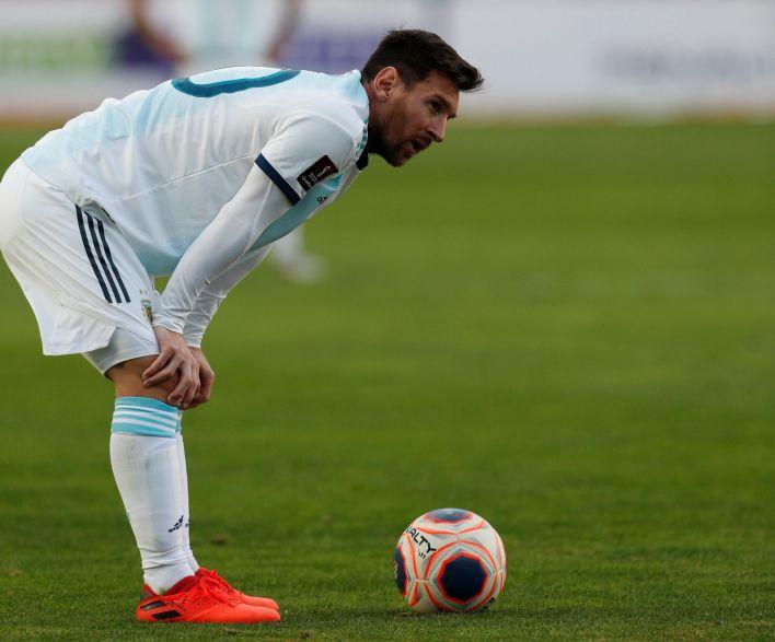 Messi, por momentos ahogado, casi da vuelta el resultado con un tiro libre que por poco no pasó por debajo de la barrera