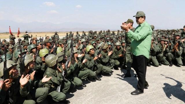 Maduro junto a soldados venezolanos (Foto: Reuters)