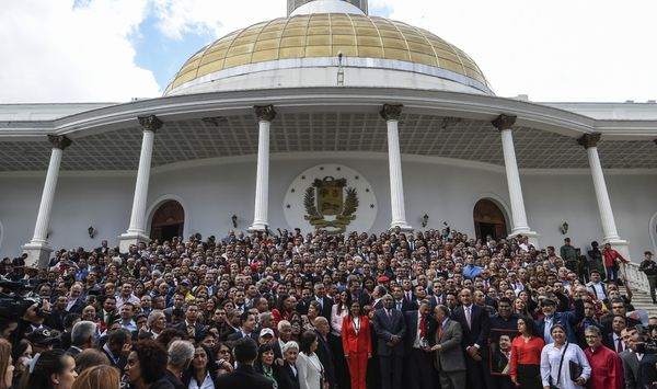 Miembros de la Constituyente chavista posaron en el edificio Legislativo el viernes tras el juramento (AFP)