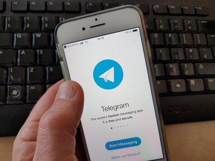 """El 63% de los usuarios de los siete canales de Telegram asociados al bot dijo que quería desnudar sobre todo a """"mujeres conocidas, a las que trató en la vida real"""". (EPA/MAURITZ ANTIN)"""