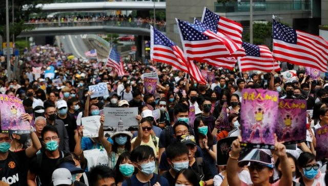 Manifestantes con la bandera de Estados Unidos. (REUTERS/Anushree Fadnavis)