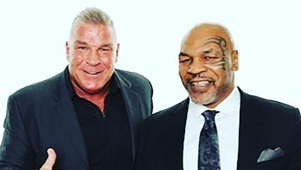 Joe Egan junto a Mike Tyson