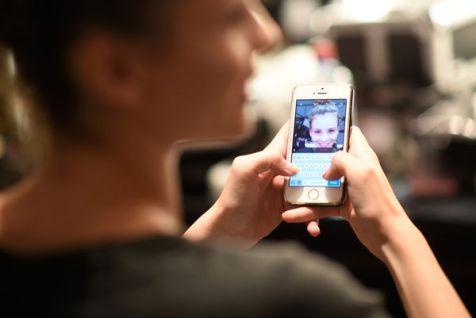 El sexting se refiere al envío de mensajes sexuales (eróticos o pornográficos), por medio de teléfonos móviles (gettyimages)