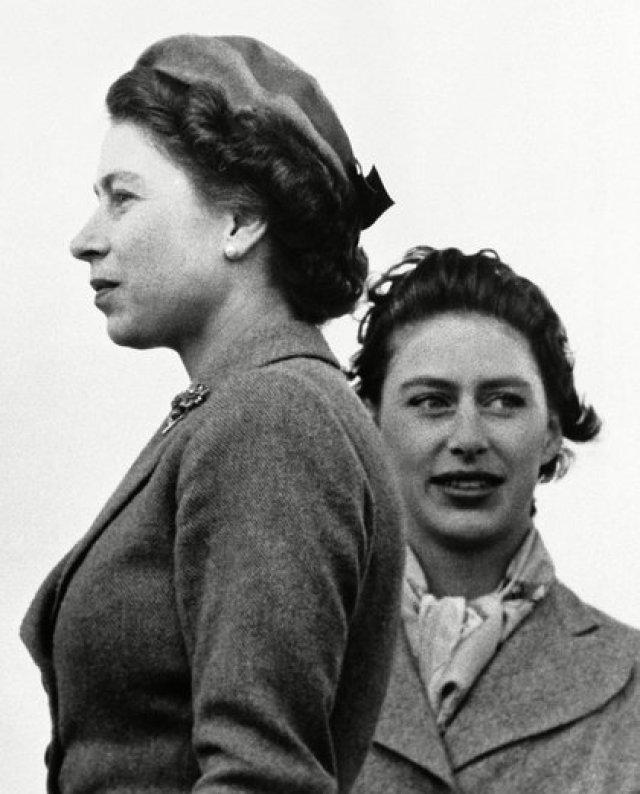 30 de abril de 1955. La reina Isabel II y la princesa Margarita, que era la única hermana de Isabel. Con su apariencia de estrella de cine y su personalidad vivaz, Margarita vivió una vida glamorosa y a veces controvertida, y muchos la recuerdan mejor por sus turbulentos romances. Murió el 9 de febrero de 2002. Tenía 71 años