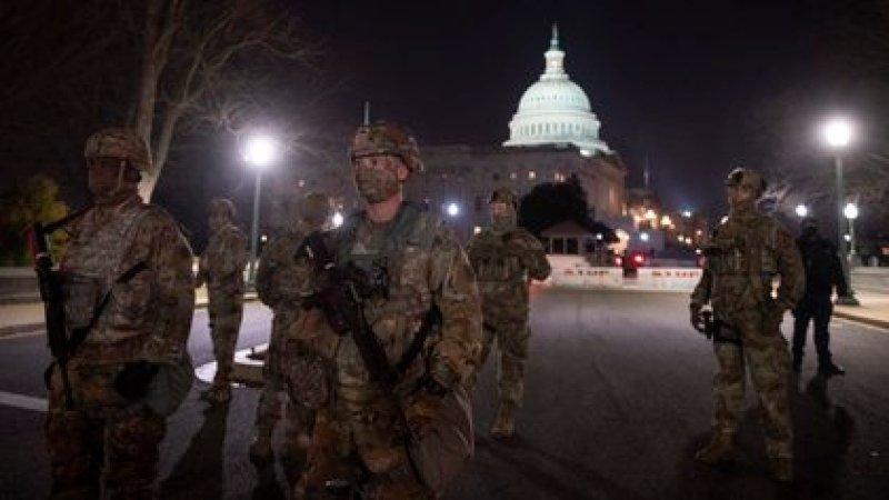 Las fotos de los agentes en Washington confirmaron la portación de armas de la guardia de reserva (AFP)