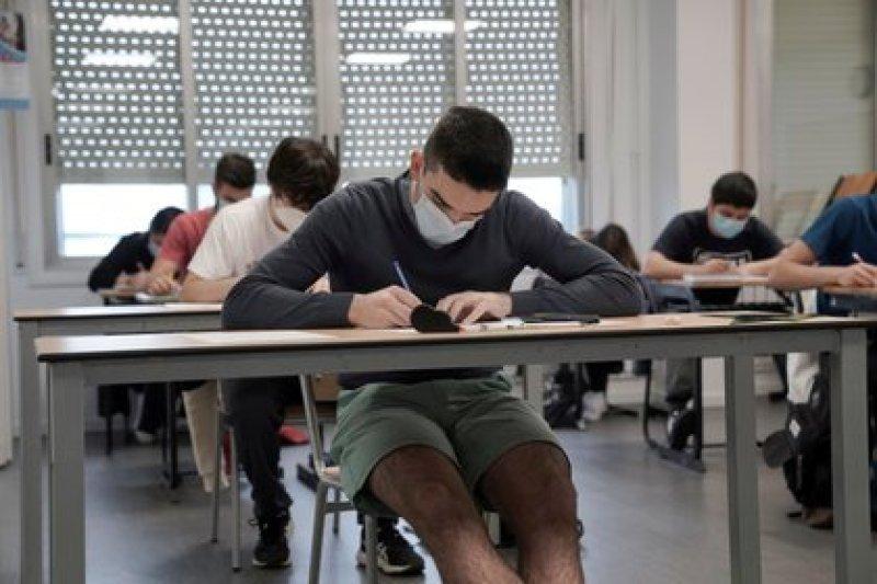 Estudiantes en la escuela Axular Lizeoa de San Sebastian (REUTERS/Vincent West)