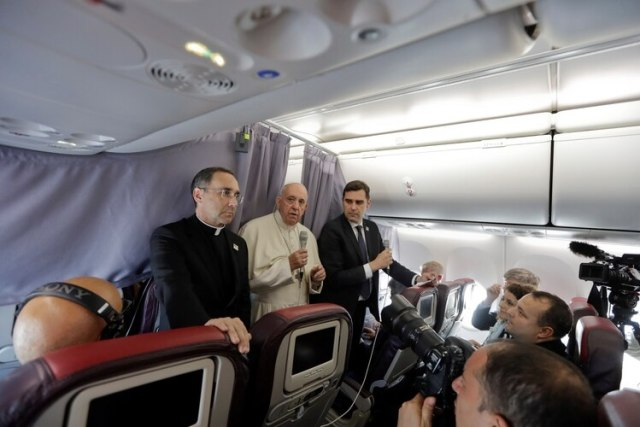 El papa junto a periodistas. (AP Photo/Andrew Medichini/Pool via Reuters)