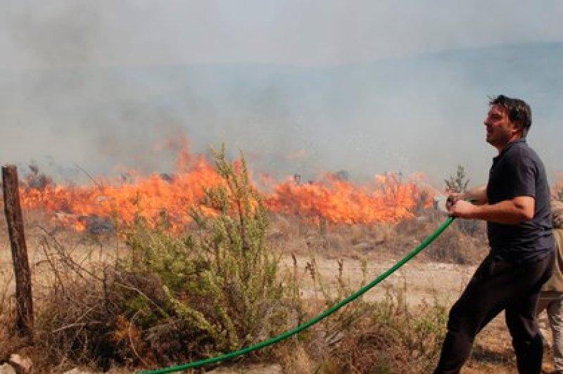 El actor Damián De Santo, durante las tareas para controlar el fuego en Villa Giardino (InfoCordoba )
