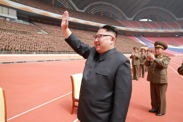 Kim Jong-un, líder de Corea del Norte, saluda a miembros del ejército de su país durante una celebración(Reuters)