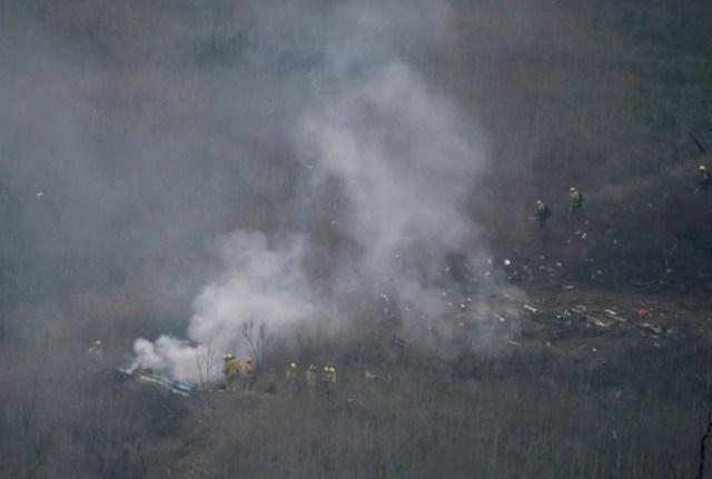 Los bomberos de Los Ángeles luchan contra el fuego provocado por el accidente (REUTERS/Gene Blevins)