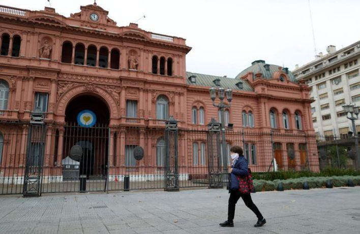 FOTO DE ARCHIVO. Una mujer usando una mascarilla por el coronavirus (COVID-19) camina frente al palacio presidencial de la Casa Rosada, en Buenos Aires, Argentina. 21 de mayo de 2020. REUTERS/Agustin Marcarian