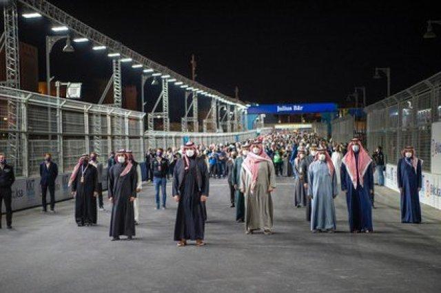 El príncipe saudita fue escoltado por decenas de personas durante el acto