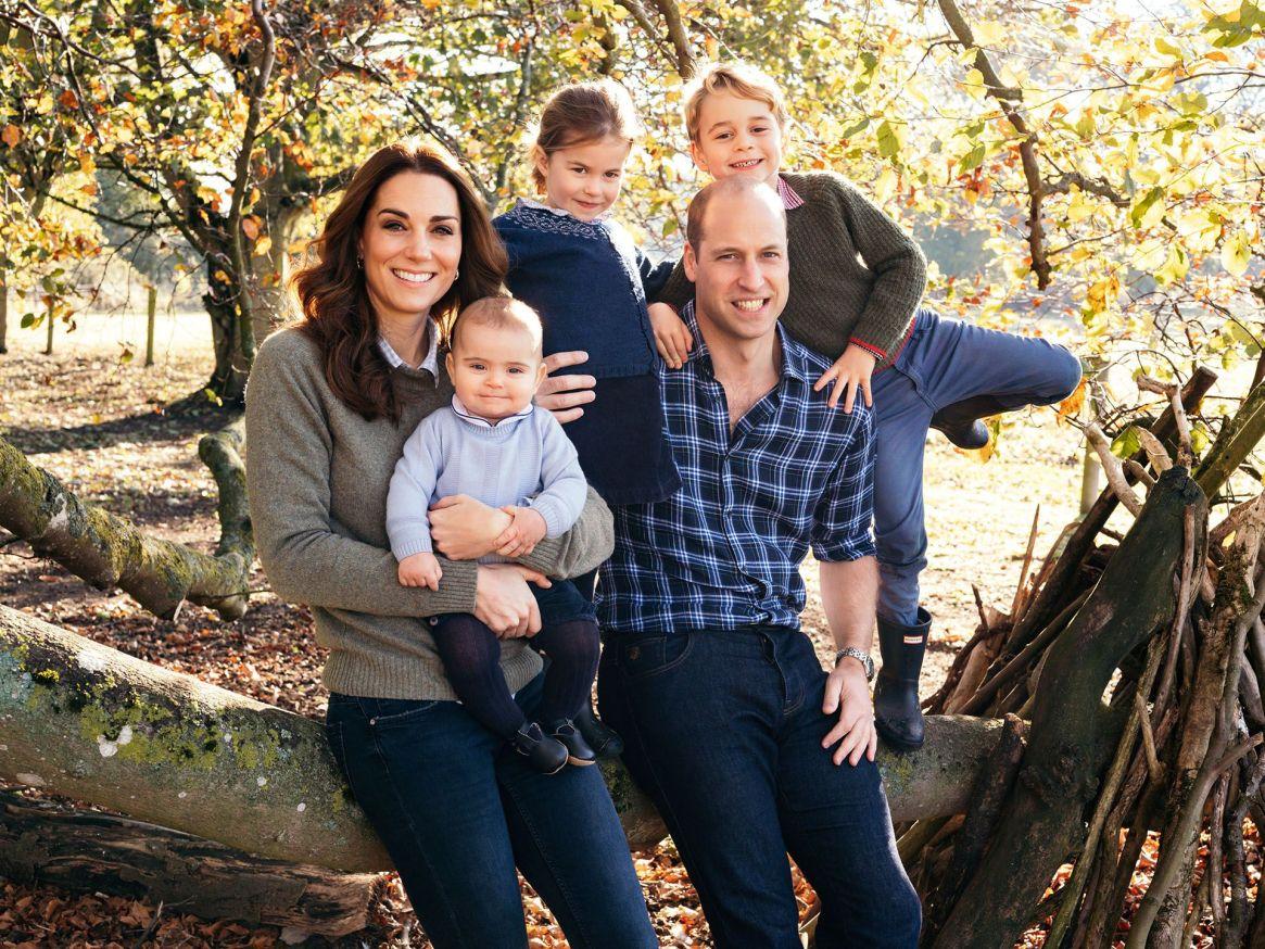 La postal navideña que los duques de Cambridge se sacaron en año pasado en Anmer Hall, Norfolk, junto a sus hijos Jorge, Carlota y Luis