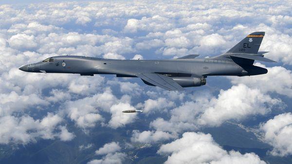 Un bombardero supersónico nuclear B-1B Lancer de los Estados Unidos, lanzando una bomba en una zona de pruebas en Gangwon, Corea del Sur (AFP)