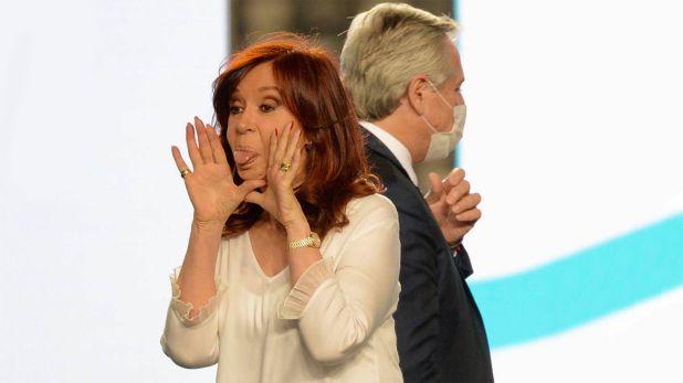 Cristina Kirchner sacando la lengua y alberto fernandez