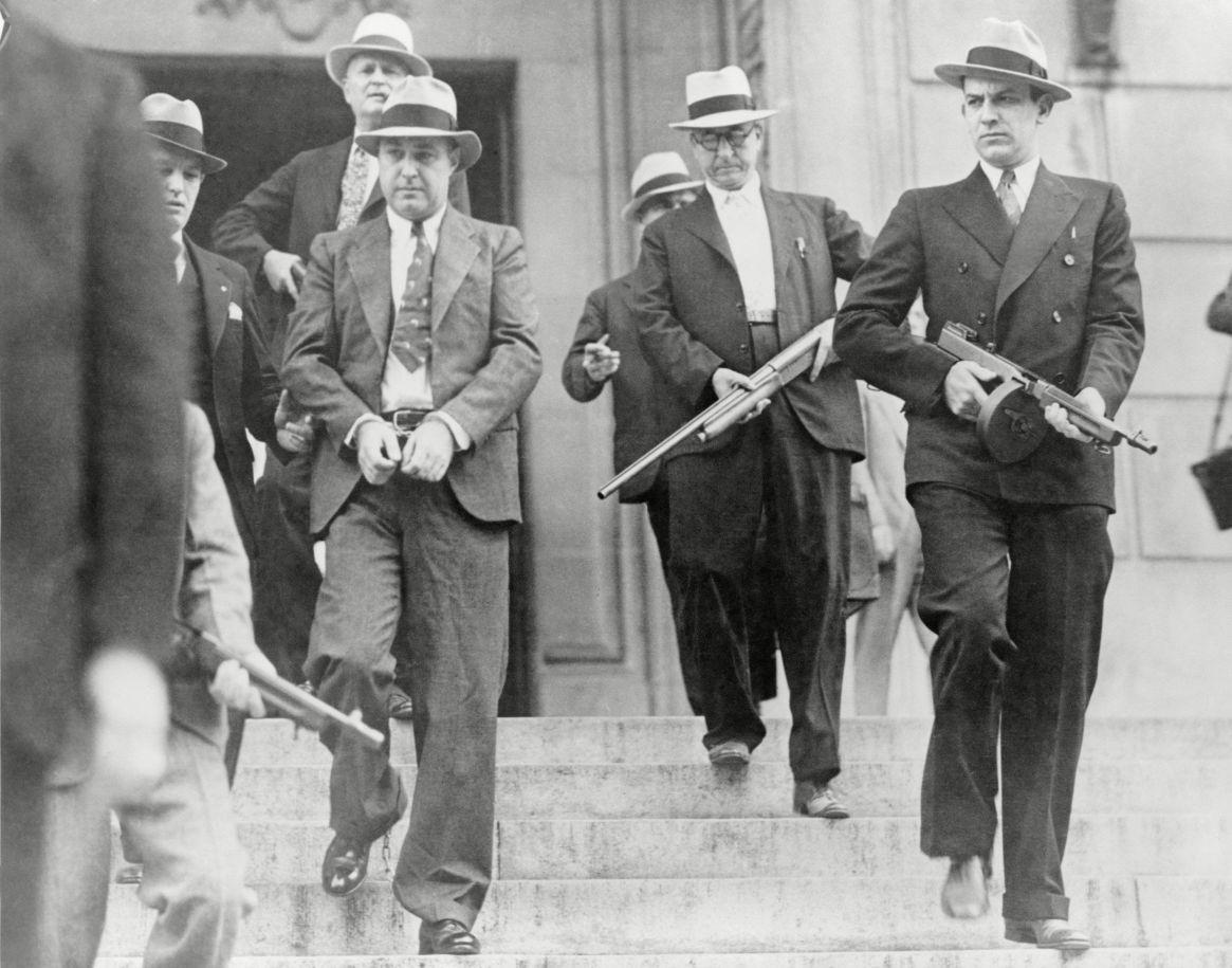 """Así era el traslado de los peligrosos prisioneros de Alcatraz: en la foto, esposado, George """"Machine Gun"""" Kelly, acusado de secuestro. Fue condenado a pasar el resto de su vida en la prisión. Murió en La Roca  (Everett/Shutterstock)"""
