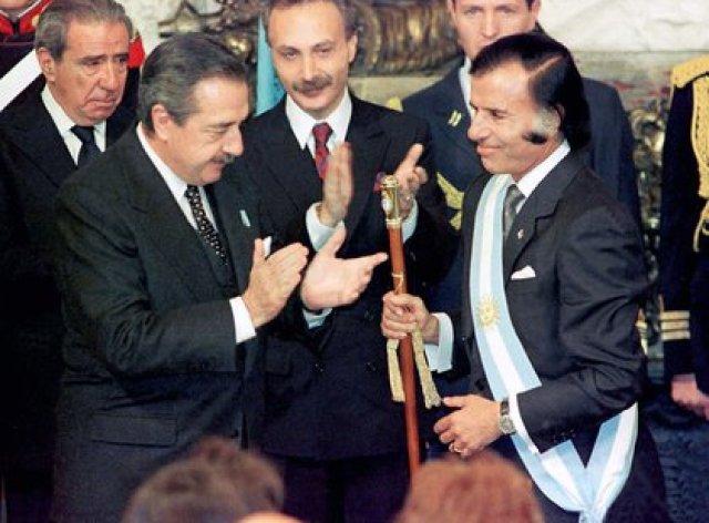 Raúl Alfonsín, entregando el mando a Carlos Menem en 1989 (NA)