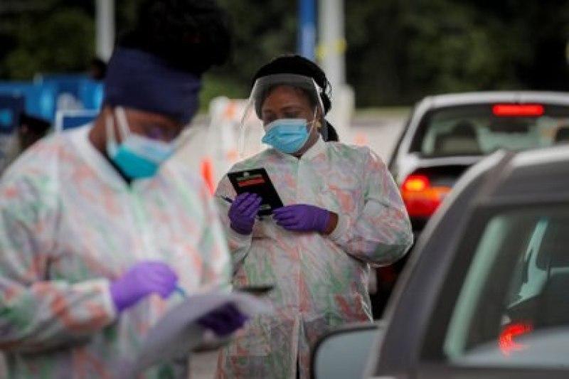 ARCHIVO FOTOGRÁFICO: Técnicos médicos trabajan en un centro de testeos de COVID-19 en la compañía farmacéutica Regeneron en Westchester, Tarrytown, el 17 de septiembre de 2020. (REUTERS/Brendan McDermid)