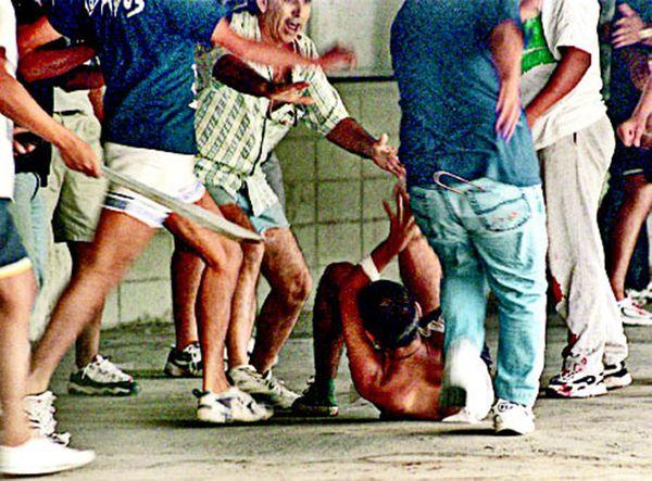La salvaje golpiza de los barrabravas de Boca a un hincha de Chacarita