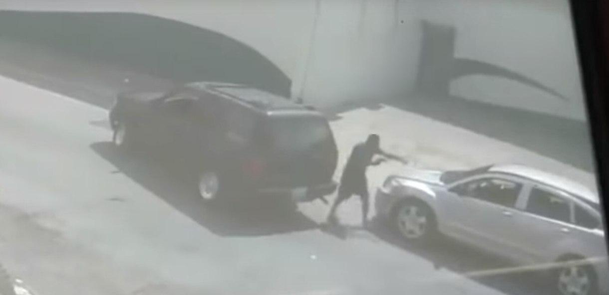 (Foto: Especial) Un sujeto de estatura baja y con una pistola en la mano, encañonó a una mujer, de 45 años, en Apodaca, Nuevo León (Foto: Especial)
