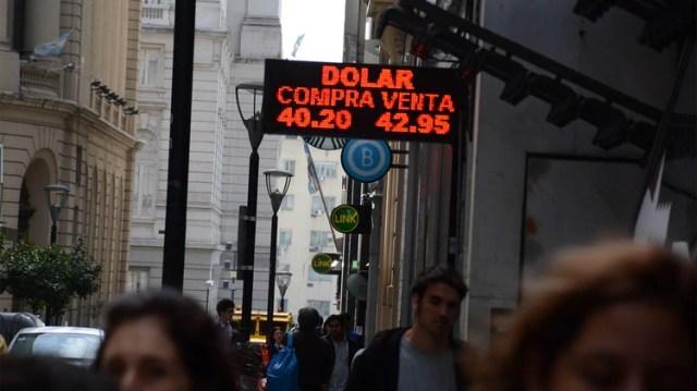 La semana pasada, el dólar blue estuvo por debajo del dólar oficial (Franco Fafasuli)