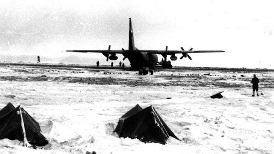El histórico aterrizaje de un Hércules C-130 en la pista de Marambio. Ocurrió por primera vez el 11 de abril del 1970. Es capaz de transportar hasta veinte mil kilos, pero a la base opera solo diez mil porque por la extensión de la pista debe realizar un aterrizaje de asalto