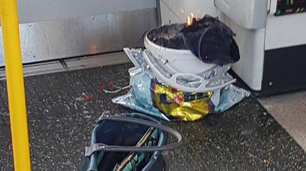 El recipiente seguía ardiendo varios minutos después del estallido el viernes el metro de Londres. (Reuters)
