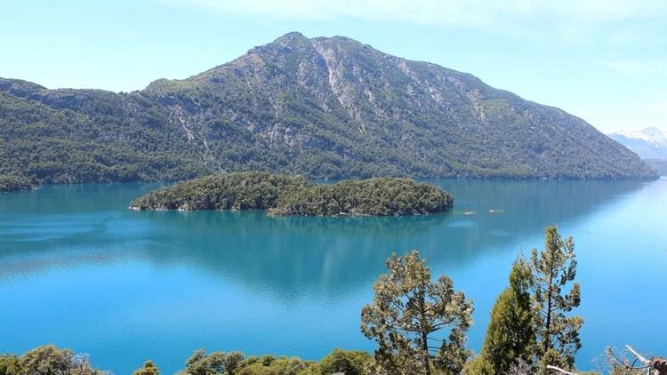 La belleza del lago Nahuel Huapi conforma el paisaje más emblemático de la Patagonia argentina