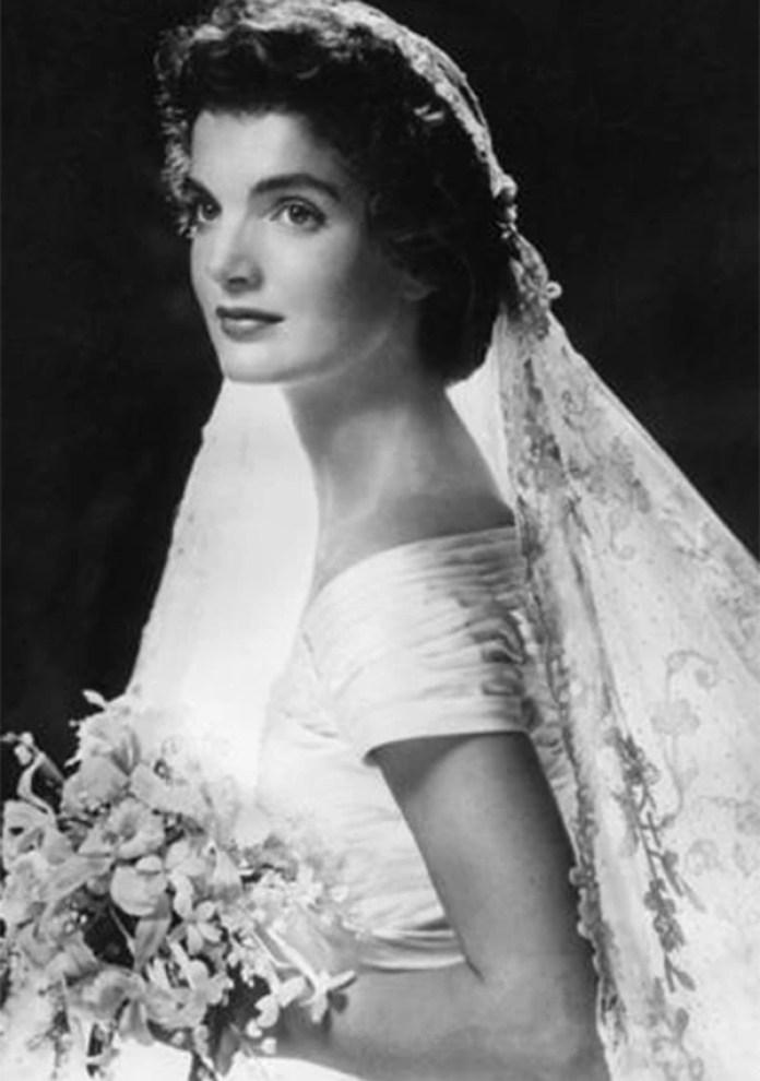 Jackie lució un hermoso vestido de seda, color marfil, escotado con una larga cola diseñado por Ann Lowe (AFP)
