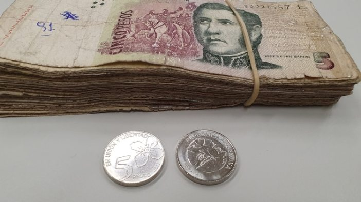 Hasta su desaparición total el billete de 5 pesos coexistirá con la moneda del mismo valor, de color plateado y con la imagen del arrayán.
