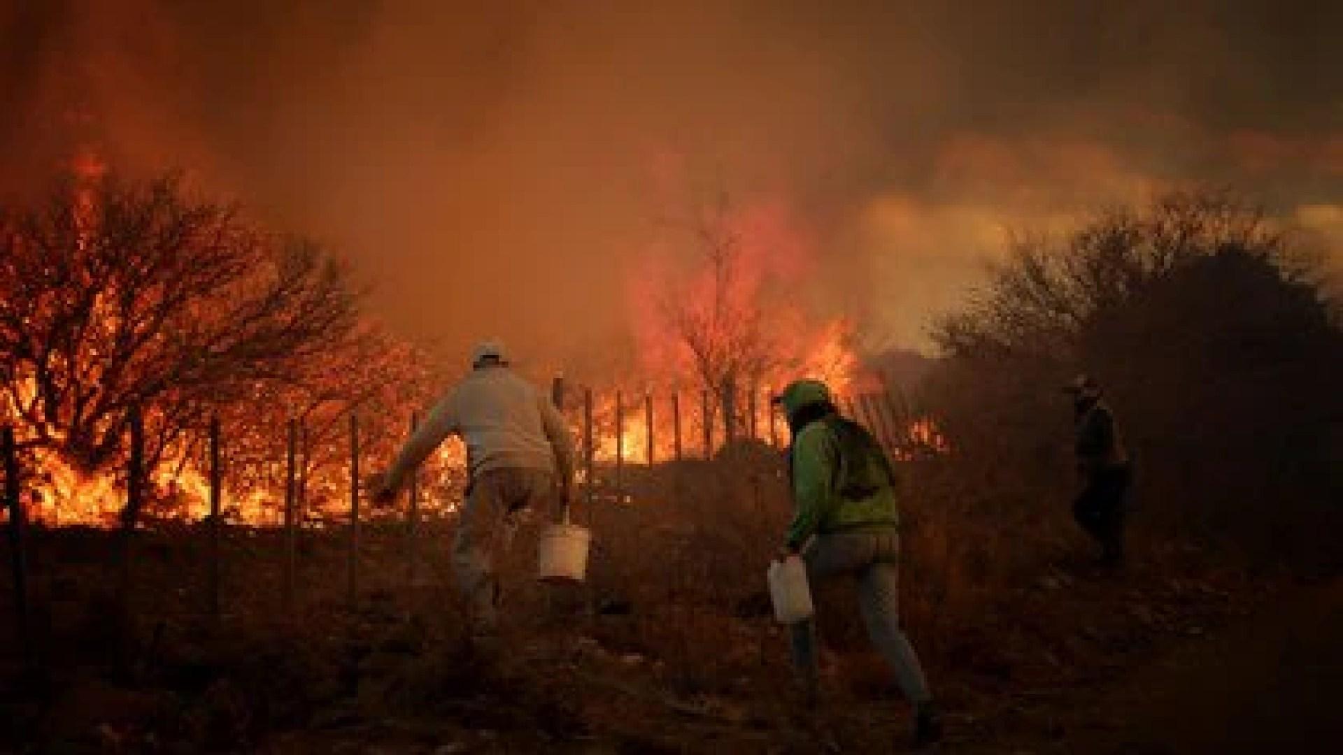 Los vecinos intentan ayudar a los bomberos voluntarios pero hay veces que ponen demasiado en riesgo sus vidas (Mario Sar)